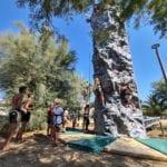 Prenez de la hauteur depuis notre mur d'escalade avec vue sur la mer au camping Arinella Bianca en Corse